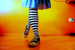 un, deux, trois! (Honey Pie!) Tags: colors socks cores shoes stripes vivid converse allstar meias chucktaylor tnis listras smrgsbord highsocks kneehighsocks blueribbonwinner mywinners listradas meiaslistradas listrados stripessocks cybershotdscs650 artsyfartsyfeet stripeslegs pernaslistradas
