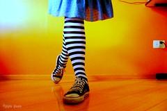 un, deux, trois! (Honey Pie!) Tags: colors socks cores shoes stripes vivid converse allstar meias chucktaylor tênis listras smörgåsbord highsocks kneehighsocks blueribbonwinner mywinners listradas meiaslistradas listrados stripessocks cybershotdscs650 artsyfartsyfeet stripeslegs pernaslistradas