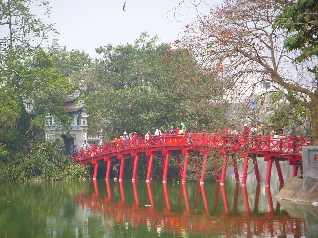 puente rojo sobre el lago
