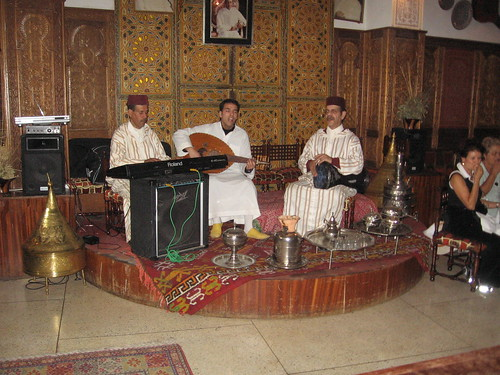 Musicians at Restaurant Dar Saada, Fes, Morocco por Chrismartin76.