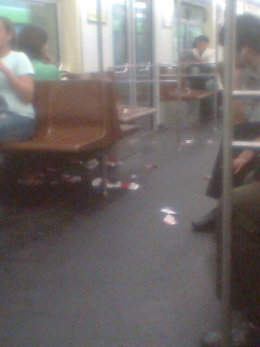Lixo no chão do metrô