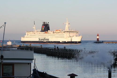 Scandlines: Auto- und Passagierfähre Prins Joachim fährt in den Seekanal in Warnemünde ein