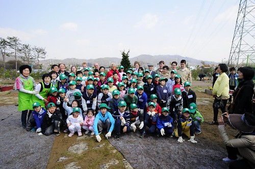 U.S. Ambassador to Korea Kathleen Stephens joined 70 volunteers including Boy Scouts and Junior Master Growers – Korea (JMG-Korea) for the opening of a People's Garden in vibrant Seoul, Korea, one of the largest cities in the world.