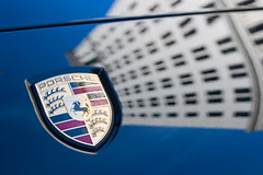 Porsche Shield with Distorted Building (olvwu | 莫方) Tags: sky usa reflection building ga georgia distorted porsche badge shield savannah jungpangwu oliverwu oliverjpwu olvwu jungpang 莫方 吳榮邦