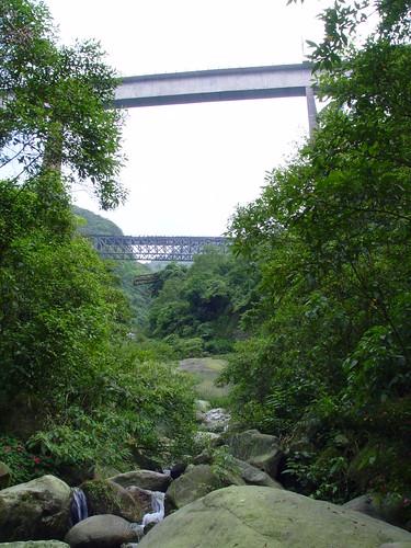 Subindo o rio com pontes e trens ao fundo