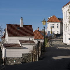Sundagstur i gater og smau (Halvor Skurtveit) Tags: bergen norway norge noreg by city white trehus bebyggelse arkitektur architecture