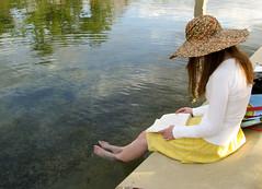 [フリー画像] [人物写真] [女性ポートレイト] [読書] [帽子] [麦藁帽子] [湖の風景]     [フリー素材]