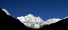 Annapurnas' gorge (elosoenpersona) Tags: nepal mountain sunrise asia peak amanecer pico gorge himalaya montaa annapurna elosoenpersona
