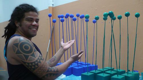 Alê, nosso incrível contra-regras, pintando pirulitos às 7h da  manhã