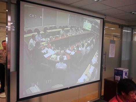 民眾旁聽室中只能看到投影的環評大會畫面,不過環評委員議決時還是會消音處理
