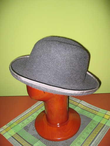 Homburg with the edge binding finished