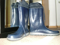 Gummistiefel 067 (scaleomarkus) Tags: wood city schnee summer snow beach look rain sport river happy sommer spiegel wiese line jeans gelb yamaha clogs gras fluss wellies landschaft wald gummistiefel hof teppich esprit lech motorrad r6 rainboots stausee knigsbrunn romika merching unterbergen stulpe sportmotorrad