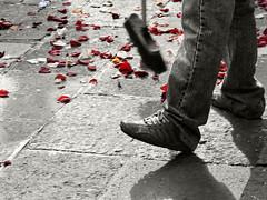just married (hireen) Tags: barcelona wedding flores cutout lumix boda ground panasonic basura justmarried arroz suelo escoba ptalos barrer recincasados interestingness105 i500 santamaradelmar desaturadoselectivo dmcfz8 hireen