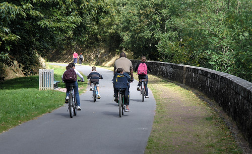 A family out cycling in the Morbihan area of Brittany. Photo: quelquepartsurlaterre