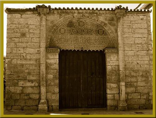 puerta del antiguo palacio de las leyes en Toro