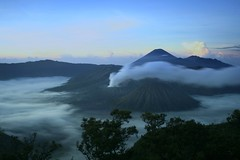 Bromo sunrise (Farl) Tags: mountain mountains cold fog clouds sunrise indonesia volcano java bravo smoke caldera volcanoes gunung range jawa bromo semeru active tengger batok eastjava jawatimur probolinggo thegardenofzen