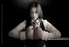 CAMUFLAGE (mauricio cevallos www.mauriciocevallos.com) Tags: cute girl lady mujer model women chica box gorgeous ring bonita guapa guantes archivofotograficoecuatoriano