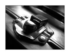 Pithos (Catatiu) Tags: blancoynegro metal blackwhite broche clip bn052008