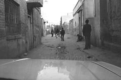 FÚTBOL PERSA. TEHERÁN. IRÁN. (tupacarballo) Tags: teherán irán tupacarballo nikon fútbol soccer calle street repúblicaislámicadeirán blancoynegro blackwhite streetphotography fotografíadocumental reflejos auto car capot