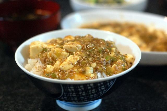 同居人の作る麻婆豆腐ライス。花椒粉を振って!