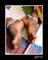 Peus sobre la terra / feet above the ground (glria masferrer masferrer) Tags: portrait india girl pies feets persons retrat peus glria