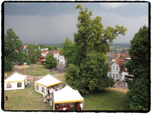 Bad Bentheim • Kunstmarkt 2011 • Ein Gewitter zieht auf by Marcel van Gunst