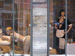 Prison Sex (Elisabetta Tuveri) Tags: rotterdam camouflage vetrina olanda manichini cameriera prisonsex sfidephotoamatori mutandereggiseni