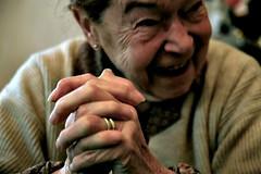 (.ste.) Tags: portrait smile hands grandmother bodylanguage mani sorriso ritratto nonna sarta
