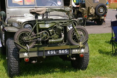 WW2 Small Motorbike (Nicola_R) Tags: show green castle classic bike vintage jeep para motorbike ww2 motorcycle parra coombe gi combe