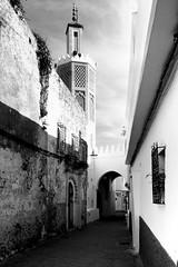 """Los objetos me miran fíjamente"" P. Handke (Herminio.) Tags: minarete minaret mezquita masjid mosquee arco arc street calle calleja tanger tangie marruecos morocco marroque"