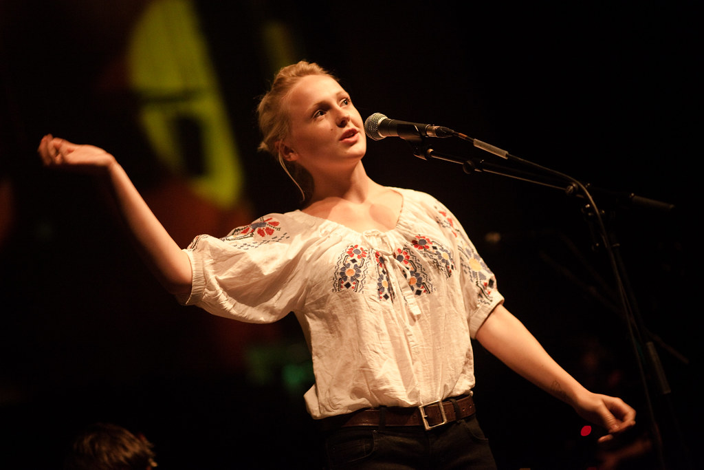 Laura Marling introduces bandz
