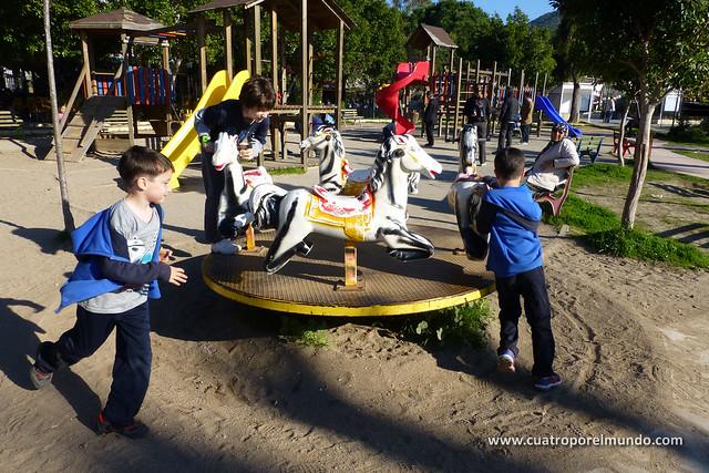 Jugando en el parke mientras tomamos un tecito