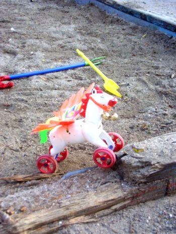 Конче с крила на колелца в пясъчна детска площадка