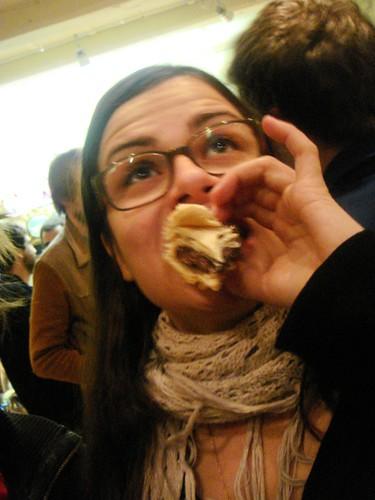 Elisa comiendo crusi
