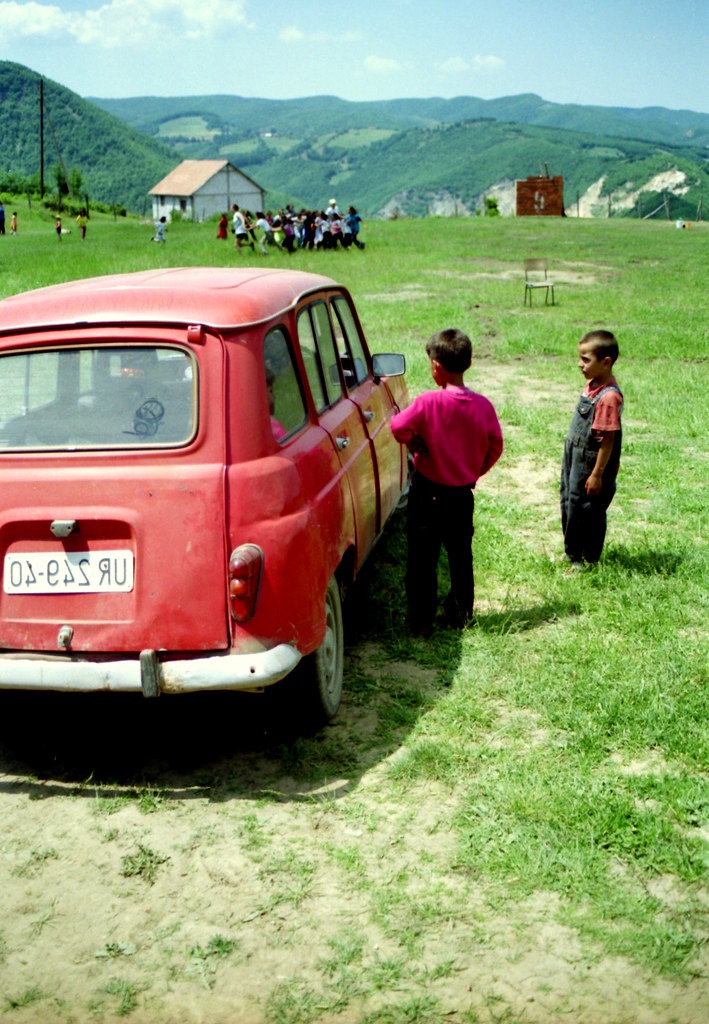 >Kosovo Volunteering 1999 – the children and the car