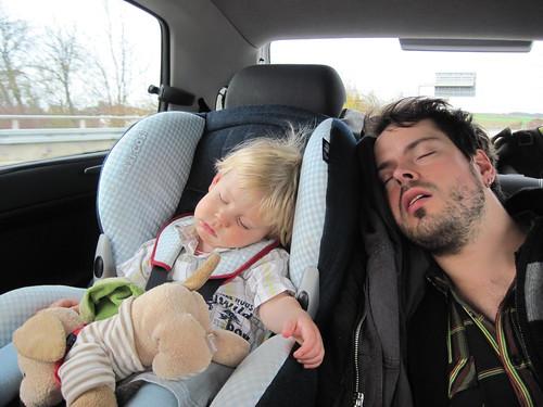 Wolfram und Oliver schlafend im Auto