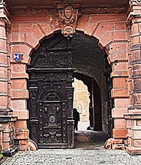 Aschaffenburg: Schloss Johannisburg: Through the Doorway, and into the Courtyard (bill barber) Tags: door stone architecture port germany puerto bayern deutschland arquitectura sandstone gate arch pierre main decoration entrance courtyard palace ornament porto german entryway porta architektur alemania keystone tor baroque schloss stein sandstein tr architettura barock bundesrepublik germania alemanha duitsland entre deur grs deutsche arkitektur entranceway aschaffenburg piedra drr architectur lallemagne dr schlossjohannisberg  pforte spessart billbarber kapija doitsu niemcy njemaka saksa nmetorszg ajt arenisca voussoir njemacka  nemecko diamondclassphotographer wdwbarber kreisfreiestadt williambarber bbarber1 mporte germnia rtyskland
