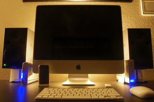 компьютерное место с подсветкой