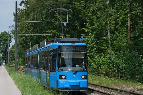 Idyllisch wirkt es im Süden von München, hier mit Wagen 2125 an der Menterschwaige