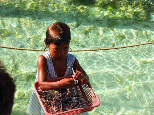 young girl vendor selling shell necklaces handicrafts Pinoy Filipino Pilipino Buhay  people pictures photos life Philippinen  菲律宾  菲律賓  필리핀(공화국) Philippines