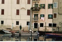 Case e barche a Chioggia (sangiopanza2000) Tags: houses windows italy boats italia barche case balconies channel canale chioggia finestre veneto balconi bricole sangiopanza fotoincatenate
