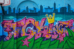 Street art Happy day in Berlin et je chante (Marco Braun) Tags: streetart graffiti colourful farbig bunt schrift blau blue bleu black noire weiss white blancheberlin 2016 berln berlin deutschland variopinto