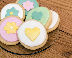 fondant cookies (nikkicookiebaker) Tags: circle cookie heart round decorated fondant daisycookies
