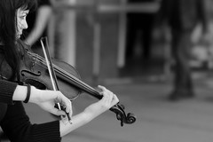 (Georg Sedlmeir) Tags: blackandwhite music mnchen person persona nikon bach violin biancoenero lunchbreak streetmusician mittagspause violine d300 geige schwarzweis pausapranzo nikkor85mm18d violinistin strassenmusikantin