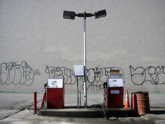 """... und hinten die Preise"" / Leaded Only (bartholmy) Tags: sanfrancisco red orange brick lamp graffiti grafitti diesel cone tag barrel bin gas gasstation pump petrol gasoline laterne gaspump tonne trafficcone petrolstation tankstelle petrolpump tanken ziegel zuckerhut benzin zapfsule htchen"