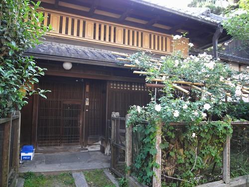 田村青芳園茶舗の隣-01