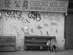 Larga espera . Chinatown (ViktorWild.) Tags: nyc chinatown nuevayork blancinegre artinthecity urbanpeople