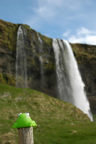 J2: FrogZ devant les chutes de Skogar