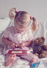 selma (Le Fabuleux Destin d'Amlie) Tags: bear two girl reading book kid toddler child teddy little teddybear blonde gecko selma press forme softtoy zz cins