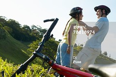Casco per bicicletta (grafico5c) Tags: amore assistenza protezione duepersone giovaneadulto caucasico misuredisicurezza composizioneorizzontale